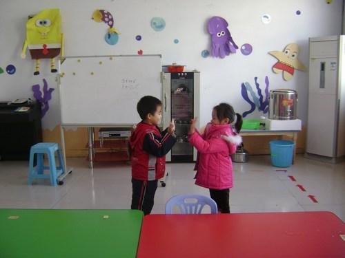 幼儿园还配备滑梯,海洋球,儿童健身器材等大型玩具及设施,涵盖幼儿钻