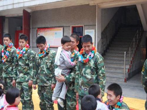 武汉金色童年幼儿园感恩节见消防员叔叔