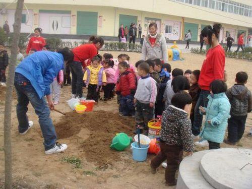 河南南阳育缨幼儿园总园开展植树节活动