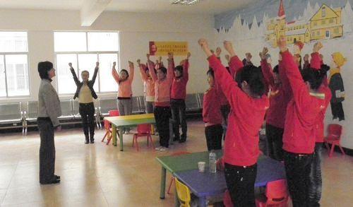 幼儿园纸杯吊饰 幼儿园叠衣服图片