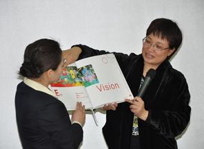杨瑛总园长展示红缨VI手册