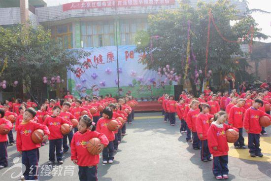 """2012年4月5日,在这个阳光灿烂的日子里,峨眉山市希望艺术幼儿园为更好地锻炼幼儿身体,提高家长朋友和小朋友的运动健康意识,展示了新学期""""运动健康、阳光体育""""早操展示活动。      活动当天,孩子们整齐地穿着红缨园服早早的来到了幼儿园,老师也是一身红色,顿时校园里到处充满着红色,让人感受到了幼儿园的激情与活力。在《红缨之歌》的旋律中,孩子们分年级组展示了幼儿园新编早操。台上,孩子们个个神情投入,时而变换队形,时而利用器械作操,时而又利用器械做游戏,和老师们愉快地融合在一起。活"""
