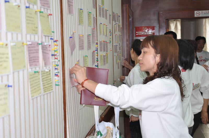 墙壁上贴满园长们的心里话 - 红缨教育_做中国