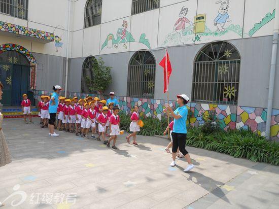 山东烟台锦绣新城幼儿园组织参观小学活动
