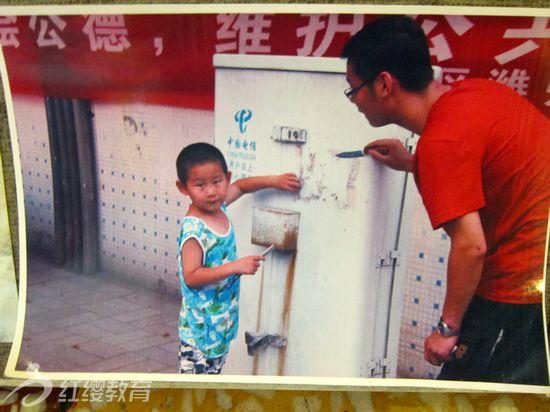 """本新闻发表于:2012-07-04 02:19 点击:   6月17日,山东潍坊天昱幼儿园开展了以""""父亲节,我和爸爸一起""""为主题的亲子环保照片征选活动。      从这些征选上来的照片可以看出,家长们参与活动的热情很高,爸爸们带着宝贝们做了各种有意义的环保行动。亲子环保照片中,有将垃圾捡起扔到垃圾箱内的照片,有拒绝使用一次性筷子的照片,有不浪费粮食的照片,有种树、爱护花草的照片,这些照片都充分的体现了""""父亲节,我和爸爸一起""""亲子环保的主题。      通过本"""