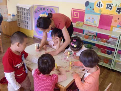 幼儿园活动情景_苗苗一班梵高画室