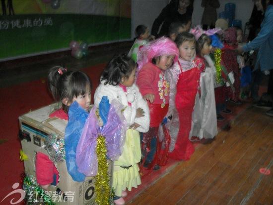 老师自制服装小班时装秀; 山东滕州昕阳幼儿园举办庆元旦迎新春文艺