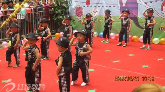 """四川乐山红缨贝贝幼儿园于2013年5月31日上午,在幼儿园操场举行庆""""六一""""演出。      这次活动我园邀请了全体家长,周边市民及相关领导一起庆祝孩子们的节日。孩子们的节目不时赢得阵阵掌声,获得了家长和领导的高度评价,此次庆""""六一""""获得圆满成功。 (北京红缨加盟园四川乐山贝贝幼儿园供稿)"""