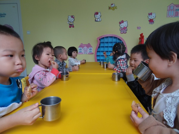 小朋友喝牛奶时间到了_连锁园自传幼儿园动态_新闻