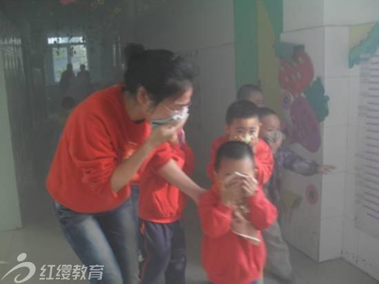 山东济宁鲁抗家园幼儿园举行安全消防演习