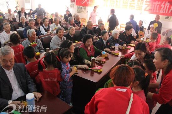 """为了弘扬中华民族敬老、爱老的传统美德,积极营造全社会关注老年人的良好氛围,从小培养幼儿尊老爱老的思想意识。在重阳节来临之际,北京红缨幼儿园加盟园——四川峨眉希望艺术幼儿园于2013年10月11日上午,在峨眉敬老院开展了""""感恩重阳 孝亲敬老""""的主题活动。活动形式多样,有动听的歌曲、优美的舞蹈、感人的小品、温暖的感恩互动等,让老人们充分感受到了浓浓的关爱。      活动在鼓韵的激情声和欢聚一堂的快乐声中拉开了帷幕,表达了我们对所有老人晚年幸福安康的美好祝愿"""