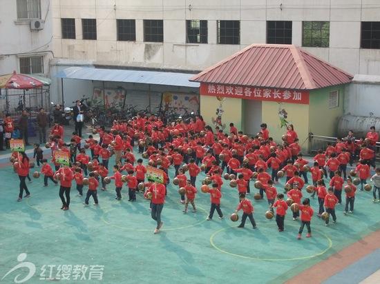 """2013年10月23日,北京红缨幼儿园加盟园——河南沁阳大山联盟幼儿园的教师和小朋友们,以饱满的精神和积极的态度迎来了""""我运动、我健康、我快乐""""第四届秋季亲子运动会。   下午2:30,在操场上,所有家长和幼儿准时就位,随着《运动员进行曲》的响起,各班教师和幼儿都迈着整齐的步伐,精神抖擞,口号响亮,排着整齐的队伍陆续入场。接着,园长致开幕词,然后孩子们向家长进行了器械操的展示,每个小朋友都是那么的积极和喜悦,满面洋溢着童真的笑脸。为了开好本次运动会,"""