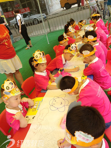 辽宁阜新红缨站前幼儿园举办长卷画绘画活动