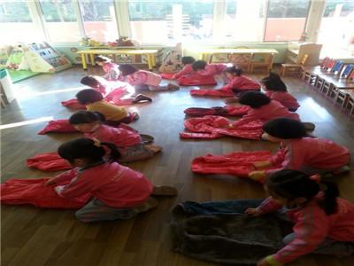 我会折衣服 - 红缨教育_做中国幼儿园连锁经营的领导者