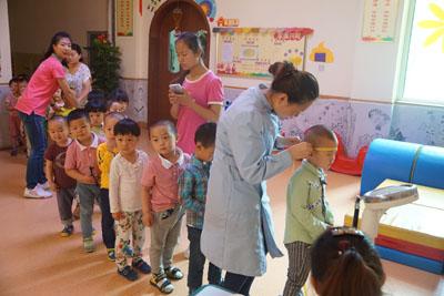 逢春医院为尚东城幼儿园小朋友体检