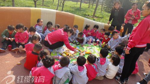 2015年10月16日风和日丽,北京红缨旗舰幼儿园——陕西韩城童之梦幼儿园组织孩子们一起去留芳公园秋游。一早起来就集合的孩子们快乐无比,个个都格外的精神,在秋日的阳光下朝气蓬勃。 一年一次的秋游,是孩子们最盼望的活动了,幼儿园对这次活动格外的重视,出动了全园的老师随行,为了这次秋游,老师们做了充分的准备。