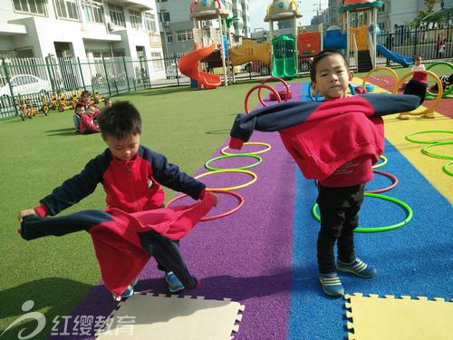 山东烟台红缨曙光幼儿园组织小班穿衣比赛
