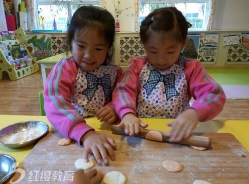 山东潍坊红缨天昱幼儿园举办立冬包饺子活动
