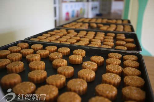 河北衡水红缨德艺馨幼儿园举办中秋制作月饼活动