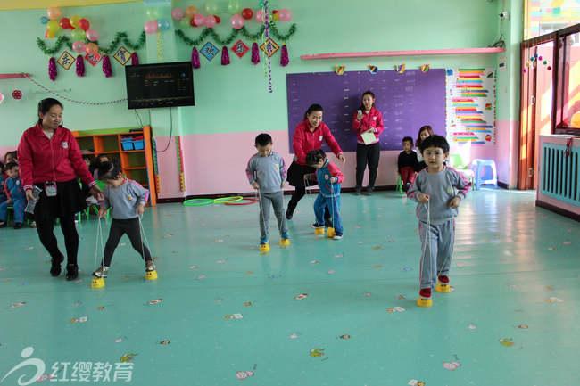 """孩子们那稚气的笑脸,是最绚烂的节日色彩。此次活动锻炼了孩子的思维,启迪了孩子的智慧,增长了孩子的知识,丰富了孩子的文化生活,也让孩子在实践中加深了对中国传统节日""""元宵节""""的认识,又一次验证了红缨的5大教育法则:""""天地万物都是孩子学习的课堂""""""""让孩子在事件中学习,在事件中成长""""。 充分体验到中国传统节日的快乐。   (北京红缨连锁吉林辽源东丰昊雨幼儿园 供稿) (校对:张洁琼 郭彤洋)"""