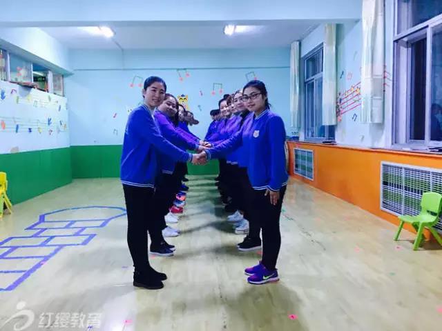 为了更好的指导园所开展新学期工作,北京红缨督导们踏上奔赴全国各地的列车,来到园长、老师们身边,开展视导、培训工作。 入园视导培训 晨间接待、晨检、晨间体锻、早餐、区角活动、集教活等,督导老师给予老师们专业的指导,详细的解读。有针对性的教材使用指导、园所管理指导,让老师们、园长们新学期有目标、有方向。  四川镜艺教育发展有限公司天台湖幼儿园