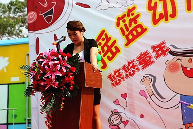 """2017年6月1日,陕西省三原县金摇篮幼儿园的全体师生、幼儿家长及有关部门领导,参加了本次""""悠悠童年 久久相伴""""""""庆六一""""大型庆祝活动。活动地点设在金摇篮幼儿园大操场。活动通过""""六一""""大型活动,展现北京Yojo联盟园的特色,呈现出""""有口才、有创意、有活力、有自信""""的四有儿童,让Yojo宝宝在舞台上大胆、自信的展示自我,感受""""六一""""儿童节的快乐。"""