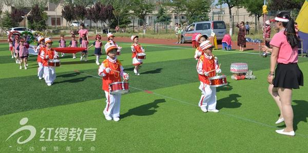 """六月是百花盛开的季节,六月是鸟语花香的季节,有一个节日在六月,它是小朋友最喜欢的,有一个节日在六月,它是小朋友最期盼的,六月是喜庆的,六月是快乐的,六月是见证成长的日子,六一是童年的记忆,北京红缨旗舰幼儿园——陕西省渭南市合阳县乐贝尔幼儿园2017年5月27日举行六一""""亲子乐翻天 快乐无极限""""大型亲子活动,活动分为阳光体育操节展示和亲子活动。  进场"""