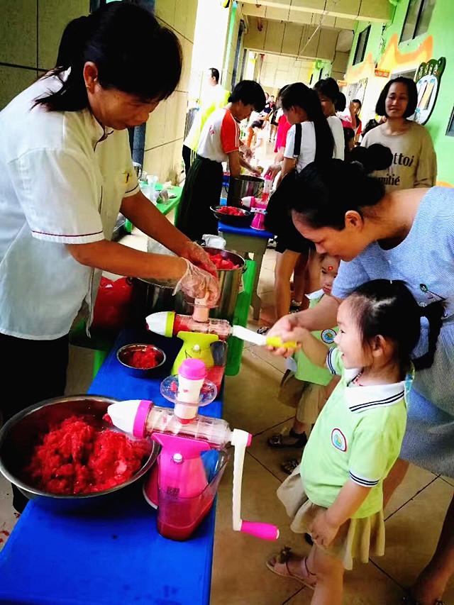 启智幼儿园开展了父亲节系列活动:送给爸爸的礼物,我给爸爸做果汁