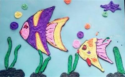 老师可以提前将树干做好,大树的叶子请孩子们自己粘贴,做树叶的皱纹纸