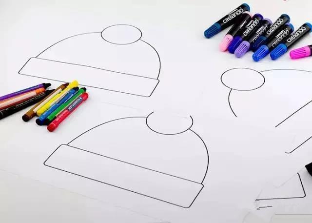 制作步骤:在卡纸上画下帽子的轮廓.
