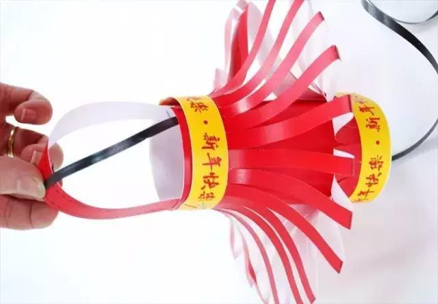 首页 好未来创意美术 【教研】灯笼的制作  制作步骤:把一张红色卡纸