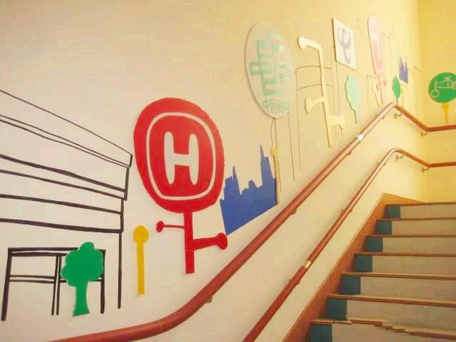 利用幼儿园墙面装饰可以帮助幼儿园树立整合理念,增强环境的流动性,让
