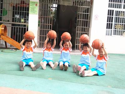 幼儿园孩子们都很喜欢这样的球类游戏