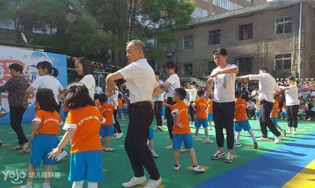"""2018年6月1日,江西上饶德兴市希望之星幼儿园根据北京Yojo幼儿园联盟总部要求,在本园所内开展了""""小海军奇妙之旅""""亲子活动,家长全程陪同孩子们度过了一个轻松、愉快又充满自信与活力的""""六一"""",我们不一样的""""六一""""深受家长们的好评!"""