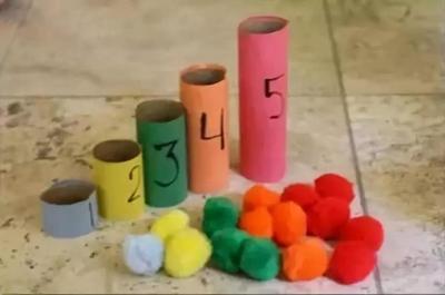 制作步骤:准备长短不同的五个纸筒,在纸筒外面粘上双面胶备用