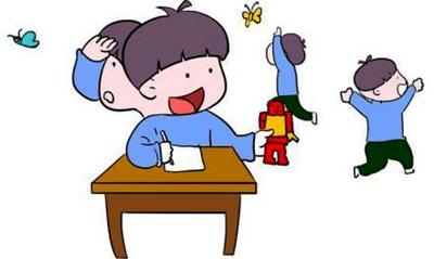 """教师组织幼儿进入事先精心布置的场地中,使他们置身于""""森林小动物住宅"""