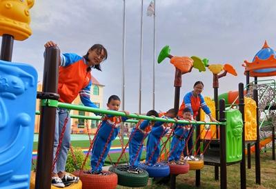 四,《海狮顶球》 目标:培养幼儿表换节奏型的能力,发展幼儿的思维和