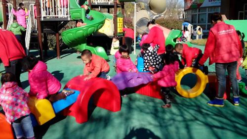 快乐的幼儿园户外