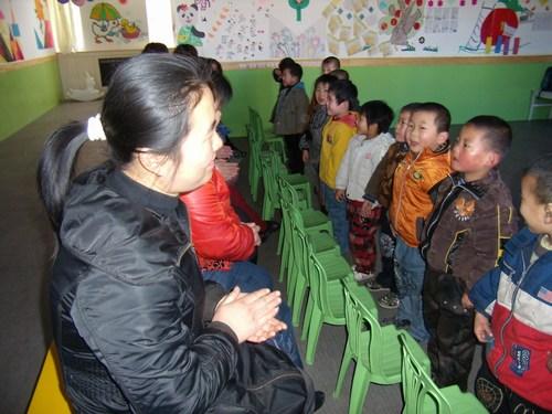 各位妈妈,奶奶们积极参加,孩子们给妈妈递水,唱歌,送贺卡,说悄悄话让