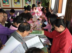学员争相阅读红缨专供教材